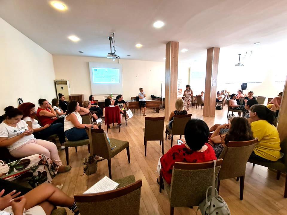 """Ваня Попова, председател на УС на Сдружение """"Самаряни"""" и Соня Пенева, социален работник от Кризисен център """"Самарянска къща"""" взеха участие в тридневно базово обучение, организирано от Агенция Социално подпомагане, за прилагане на Системата за проследяване на случай на дете в риск за социални работници от отделите """"Закрила на детето"""" (ОЗД), както и представители от различните сектори, имащи отношение към социалните услуги и работа с деца в риск, към повишаване ефективността на услугите и на социалната работа, към гарантиране правата на децата. Обучението се проведе в рамките на Проект №BG05М9ОР001-3.006-0001 """"Повишаване на капацитета на служителите в сферата на закрилата на детето, социалните услуги и социалното подпомагане"""", финансиран от Оперативна програма """"Развитие на човешките ресурси"""" 2014-2020, съфинансирана от Европейския съюз чрез Европейския социален фонд. От 11 до 13.08., гр. Стара Загора, беше форум за 50 специалисти, които работят в социалната сфера с деца. Обучението обхвана теми, като: """"Основания за създаване на концептуалност."""", """"Хуманистачната парадигма."""", """"Терминологичен статут на рискът"""", """"Увреждане и риск"""", """"Нормативни документи"""", """"Социално-педагогически подход"""", """"Подход на социалната работа."""", """"Социо-емоционално развитие на детето"""", """"Работа с общност и специфики при конкретен случай"""" и др."""