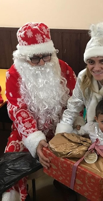 """И разбира се Дядо Коледа дойде в """"Самарянска къща""""!    Зарадва децата и  жените и беше много изненадан от вкусните сладкиши, специално приготвени  за него и Снежанка.   Имаше игри, предизвикателства и разбира се  подаръциииии, благодарение на много джуджета, които му помогнаха -  децата от детска градина """"Светлина"""", Деси Крачолова и още няколко други  работливковци!"""