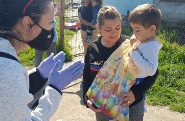 """В рамките на две седмици екипът на самарянския проект """"КЪЩАТА на семейството и общността"""" посети семейства в. Калитиново и раздаде двукратно хуманитарни пакети и индивидуални детски пакети с материали за творчество и игри."""