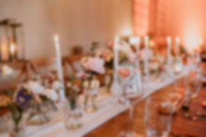 Une table de mariage chapêtre chic avec des bougies et ces fleurs rose poudré