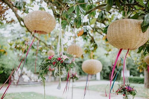 Décoration suspendues au dessus de la table des mariés