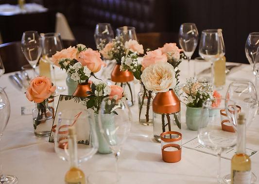 Le résultat d'un projet wedding design avec une belle table d'honneur par Sylvie Borderie