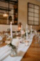 Chemin de table de bougies en fleurs sur une mousseline