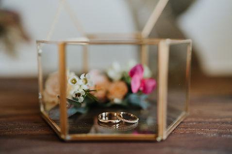 Présentation des alliances dans un joli écrin décoré de fleurs