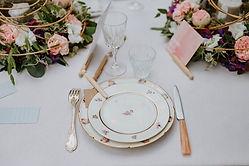 Pour un mariage vintage une balle vaisselle ancienne mettra votre table dans le thème