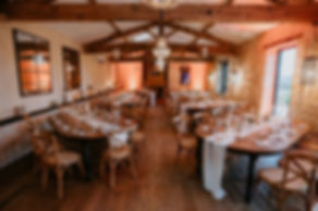 Salle de réception du Château de Garde avec de belles tables en bois