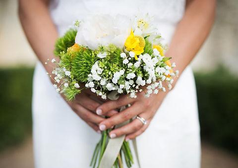 Bouquet coloré en jaune et vert avec de magnifique pivoines blanches
