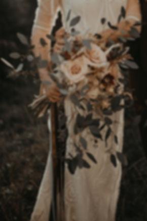 Un joli bouquet de mariée bohème de fleurs séchées et de roses fraiches parfumées dans les coloris de brun et nude