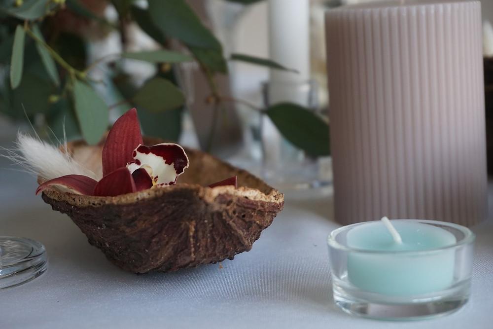 La cabosse de cacao, les bougies et les orchidées sont dans le thème et le couleurs dans la palette choisie
