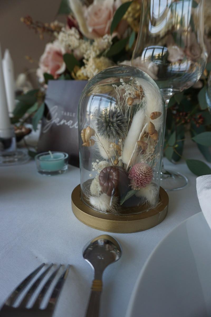 Pourquoi ne pas se démarquer avec des cadeaux invités personnalisés comme ces minis cloches de fleurs séchées