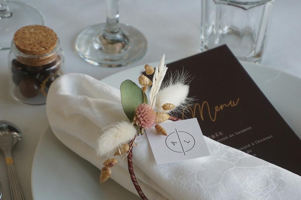 Chaque détail est travaillé dans le Wedding Design, comme le montre la présentation des serviettes et des menus sur les assiettes
