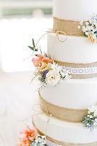 Le wedding cake décoré de fleurs est le point d'orgue de la soirée