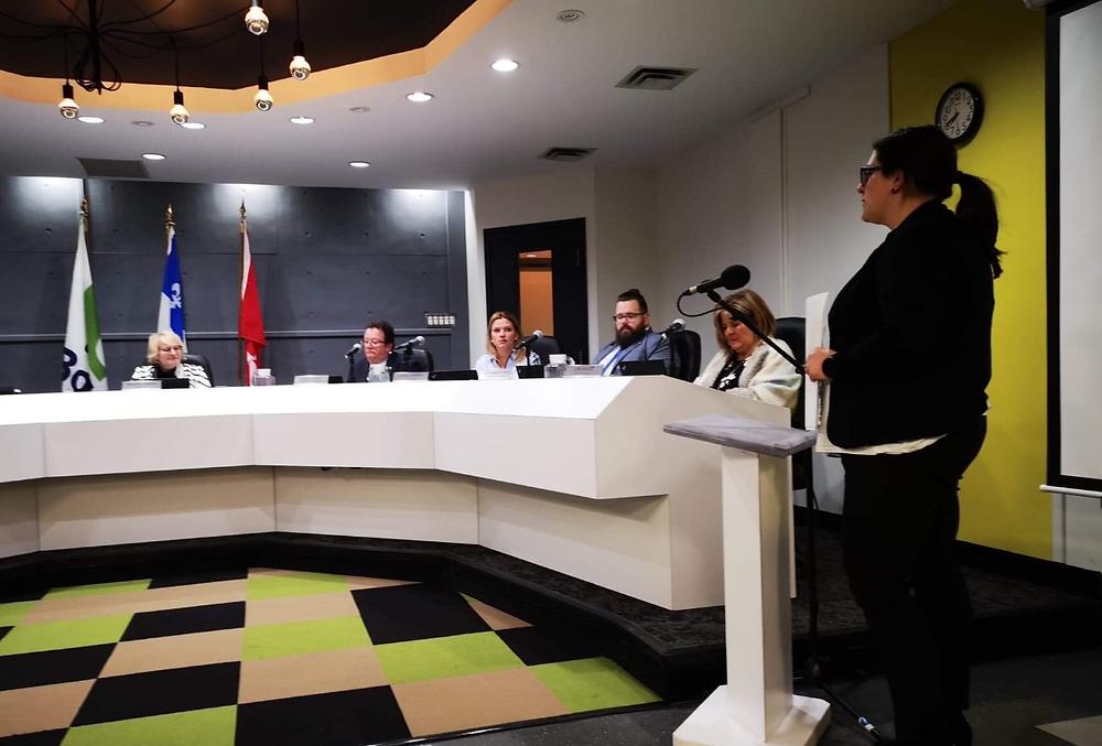 La présidente des salariés de la Ville de Boisbriand s'adressant aux conseillers de la Ville mardi soir.