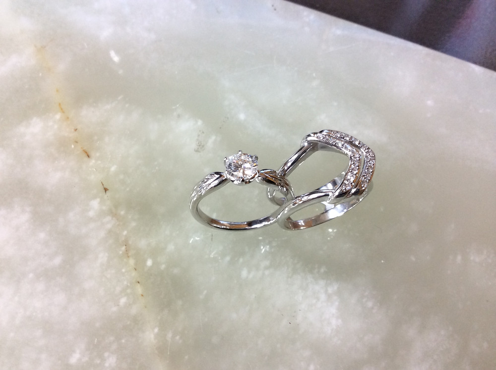 1キャラットアップのダイヤモンドにはこちらがお勧めです。スタンダードのミラクルリングと比べるととても豪華です。お手持ちのリングをご持参の上、店頭でお試しくださいませ。