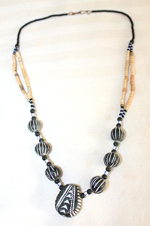 #7085 - Collier petites pierres noires + 1 plattes