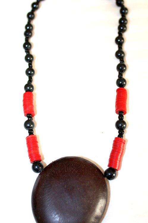 #7096 - Collier perles noires et grosse noix