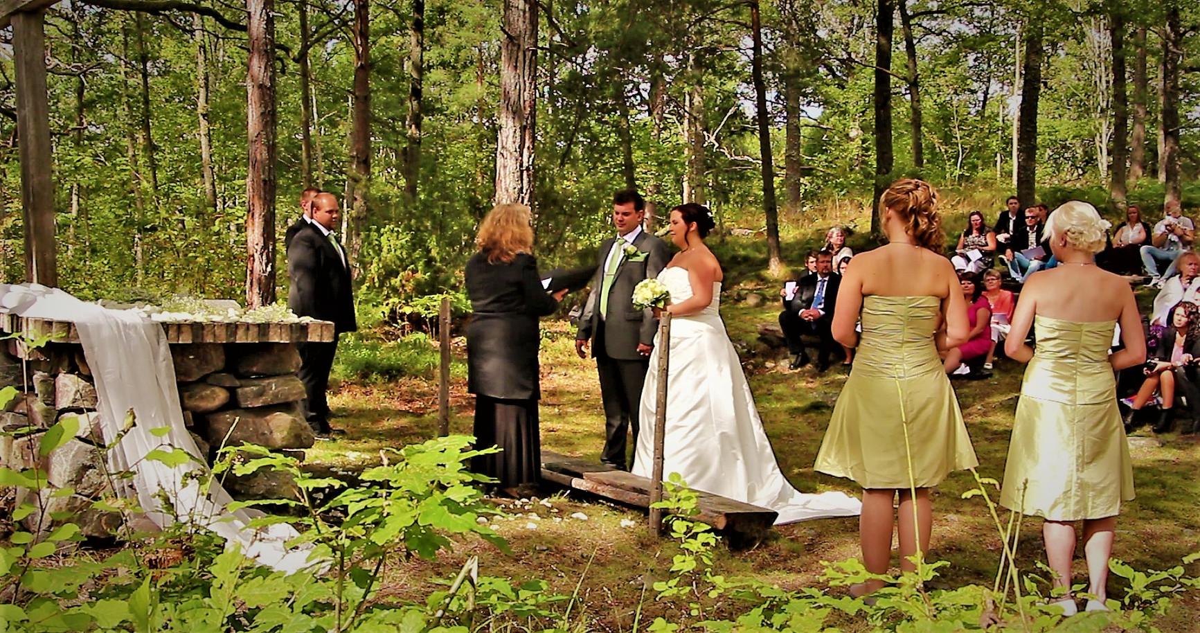 Hold scerene outdoor weddings att Marsbäcken