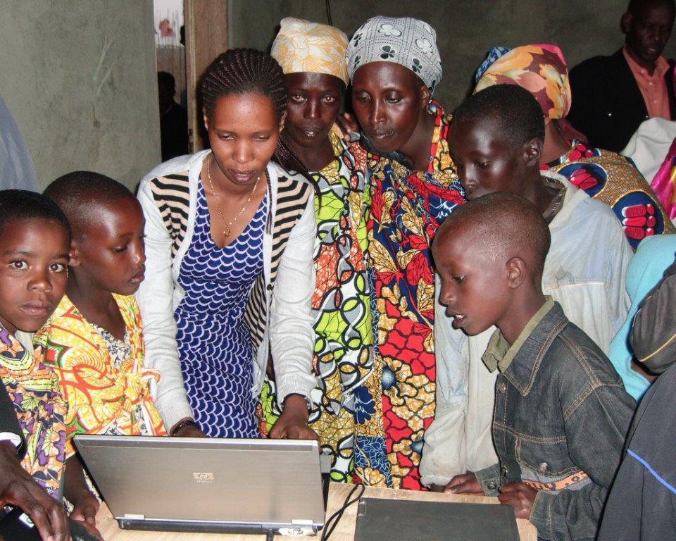 Itombwe Center - Maman Shujaa Clementine introducing women, girls and boys