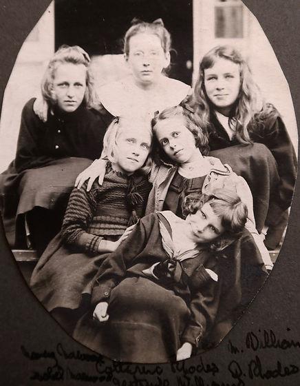 1900_ 6GirlsonSteps(Disgraces)2.jpg