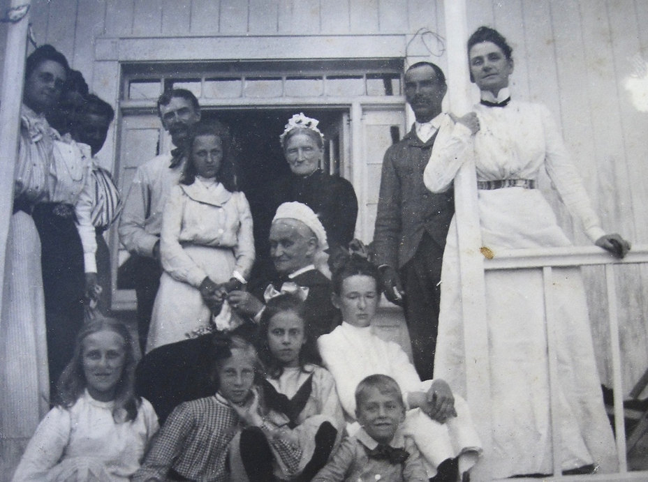 1901 6 Cousins and Adults.jpg