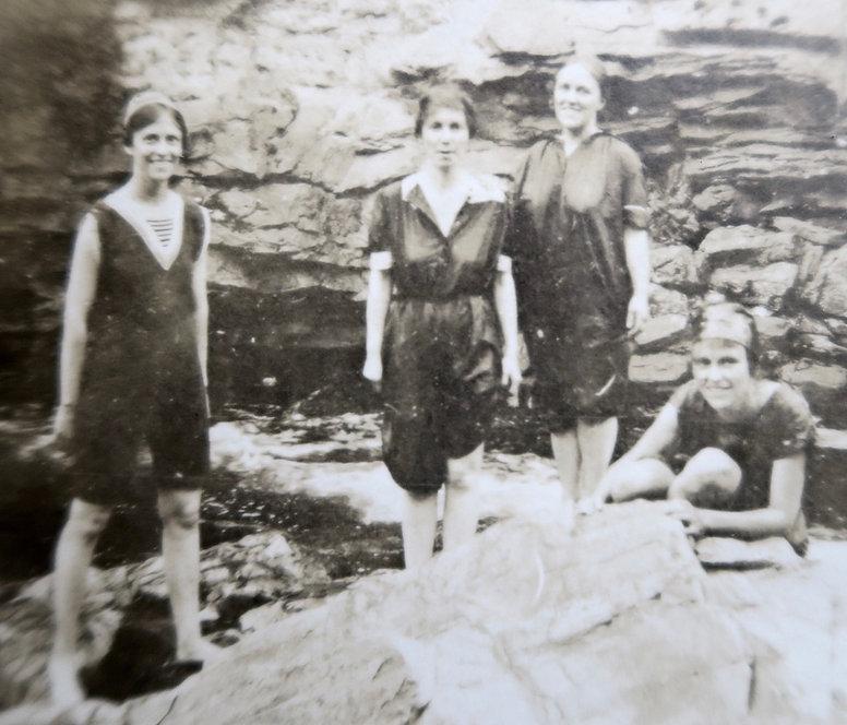 1906_ DorothyHarrietRossBillyLily.jpg