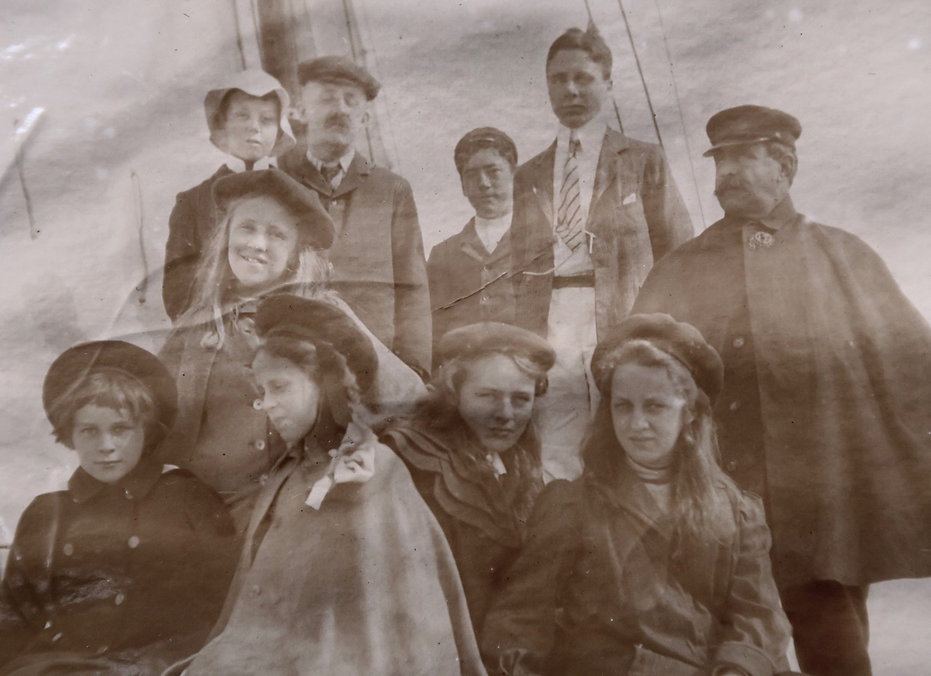 1900_8cousins.jpg