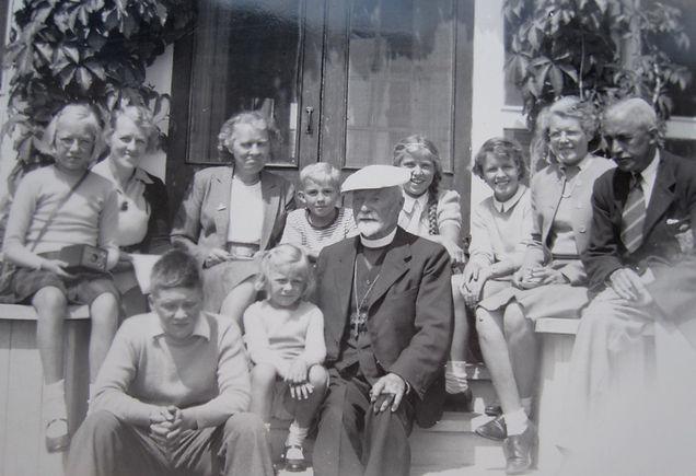 1942 BillyMary and kids.jpg