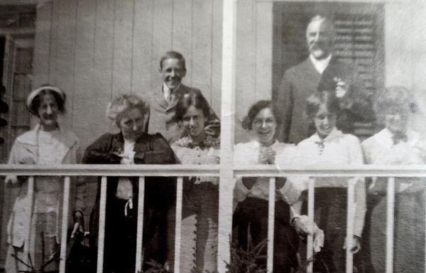 1907 Maid_NanSidDorGertEvelLenn_.jpg