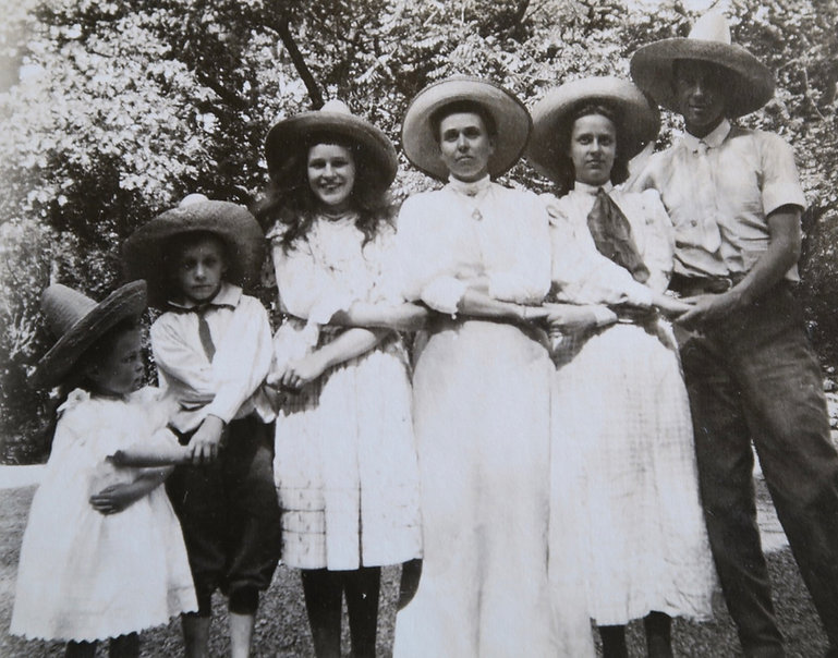 1907 MonSidGertKatieVIDoroCharlie.jpg
