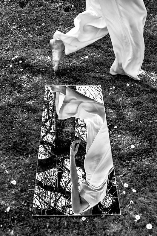 Johanna Weber, Freiberufliche Fotografin, München, Photography Munich, Parallelwelt, Fotodesign, Illusion, Konzeptionelle Fotografie, Landschaft, Model, Portrait, female Model, Spielgel, Reflexion, Ballast, Melancholy, Editorial, Landscape, Sky, Jumpsuit, Black and White, Reflection, Beauty