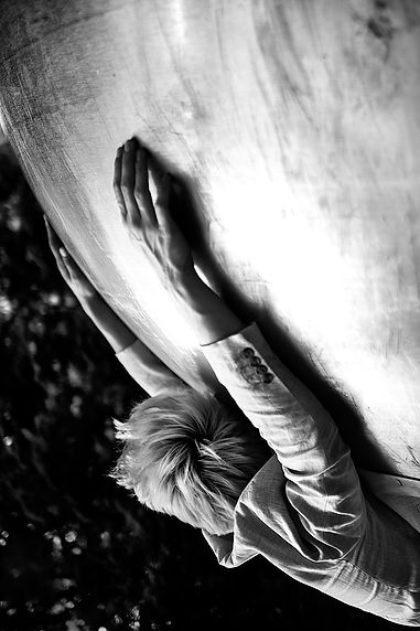 Johanna Weber, Freiberufliche Fotografin, München, Photography Munich, Parallelwelt, Fotodesign, Illusion, Konzeptionelle Fotografie, Urbane Landschaft, Alien, Portrait, Model, male Model, Kugel, Symbol, Erde, Reflexion, Editorial, Schwarz-weiß-Fotografie, Black and White, Male Model, Suit, Minimalism, Metaphory, Upside Down
