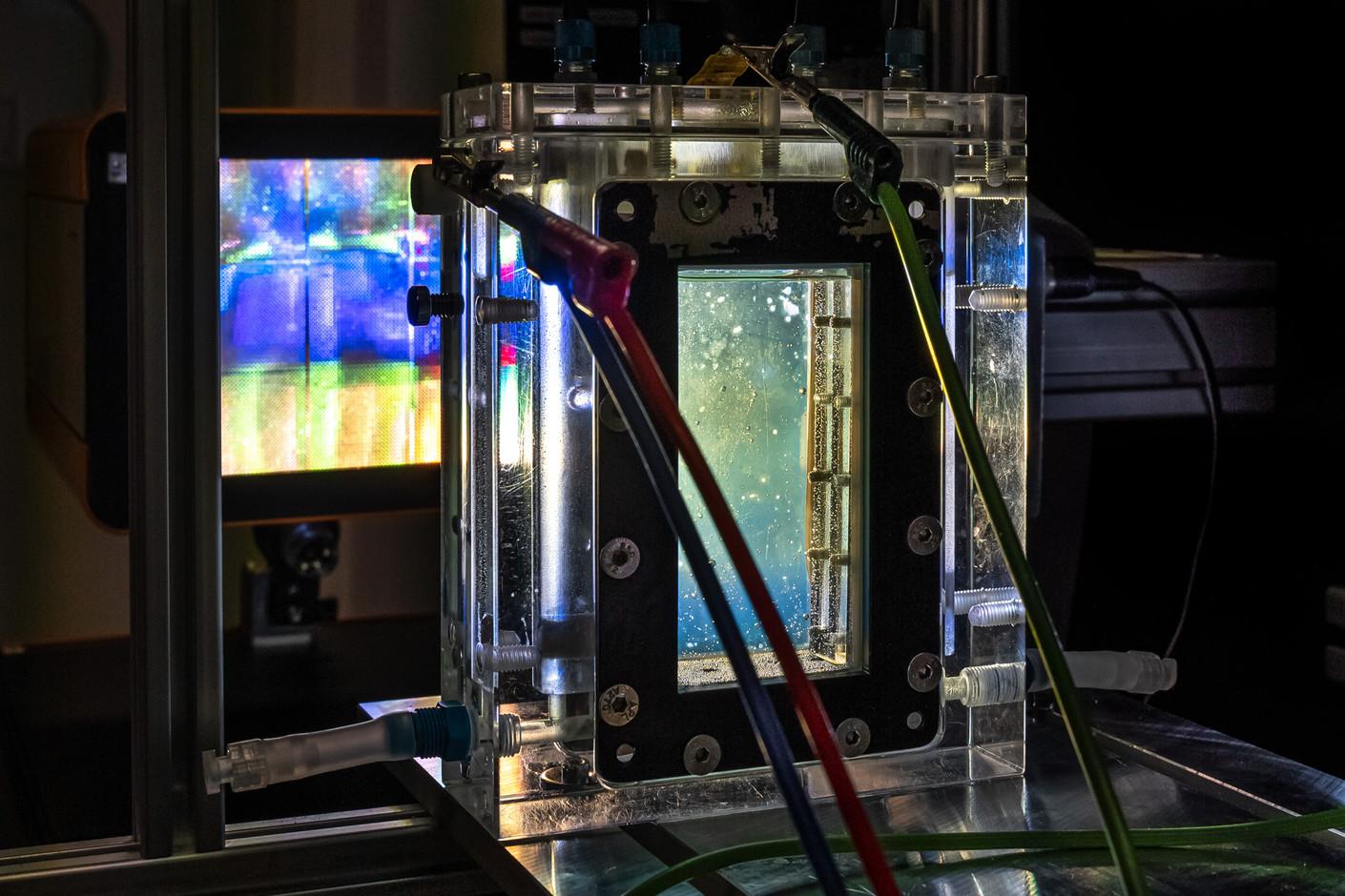 Ein Sonnensimulator bestrahlt ein künstliches Blatt für die künstliche Fotosynthese, Dr. Matthias May und Moritz Kölbach, Institut für Solarkraftstoffe, Helmholtz Zentrum, Berlin, 06-2020