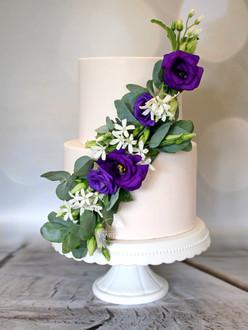 Bruidstaart paarse bloemen