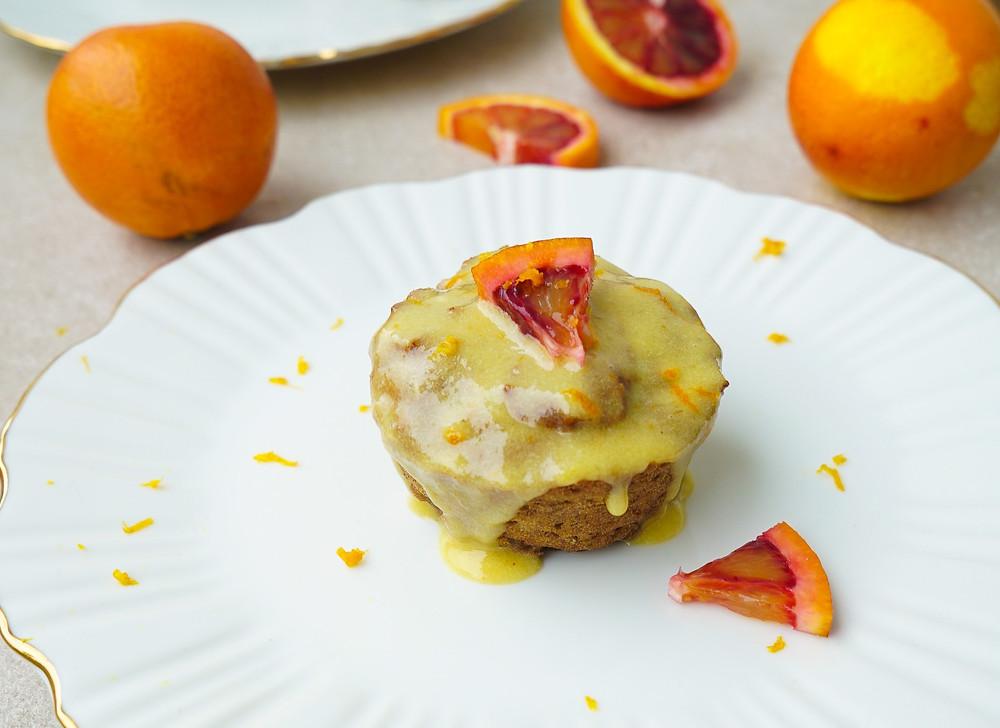 vegane und glutenfreie Carrot Cake Muffins mit einer Glasur aus Orange und Cashewkernen