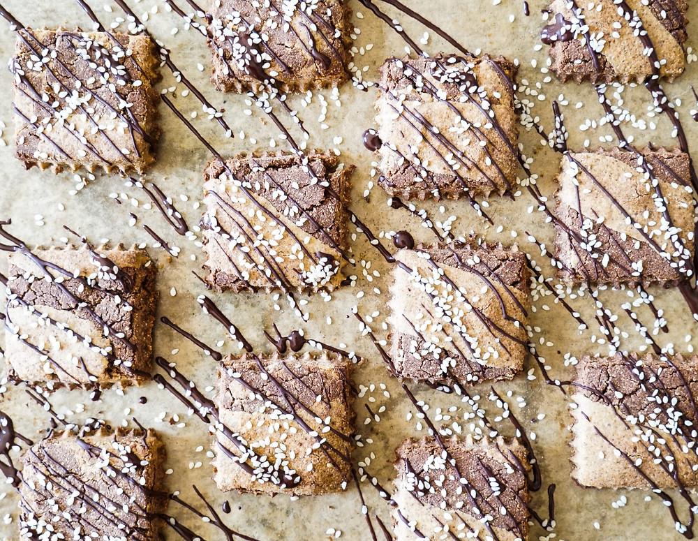 selbstgemachte vegane und glutenfreie Schoko-Sesam-Cookies
