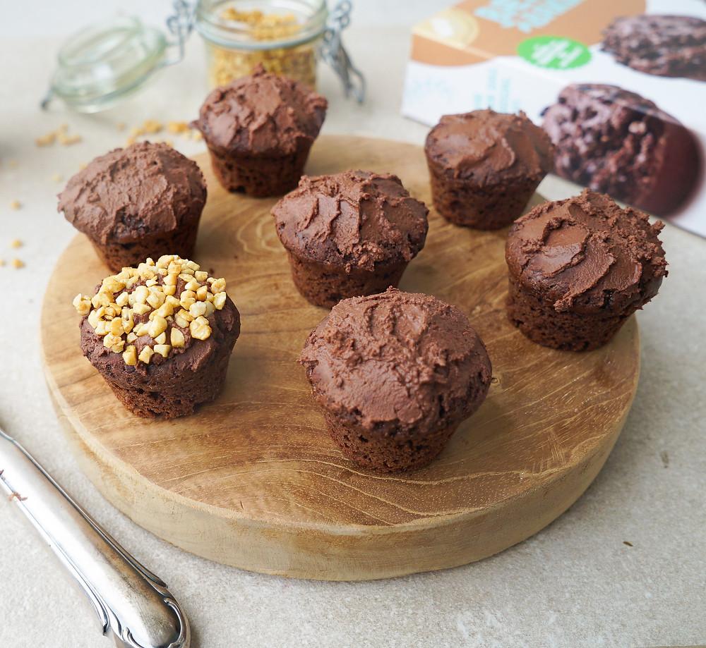 selbstgemachte vegane Mini-Schoko-Muffins mit einem veganem Frosting aus Haselnuss und Schokolade