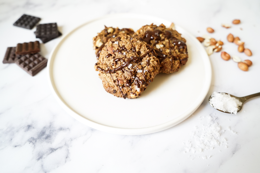 selbstgemachte vegane Chocolate-Chip-Cookies mit Erdnuss