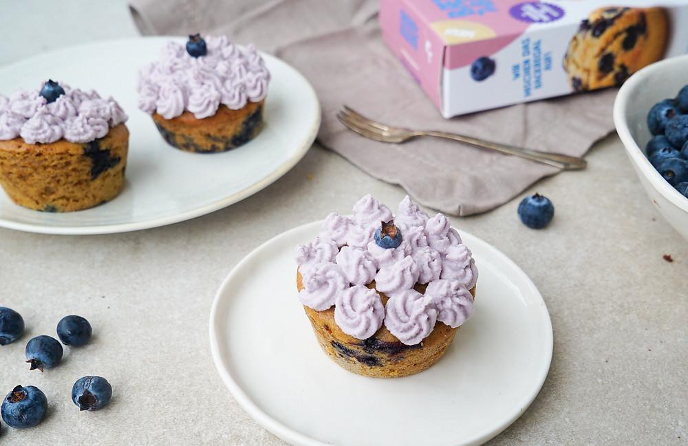 selbstgemachte vegane Blaubeer-Muffins mit einem Schoko-Kokos-Frosting