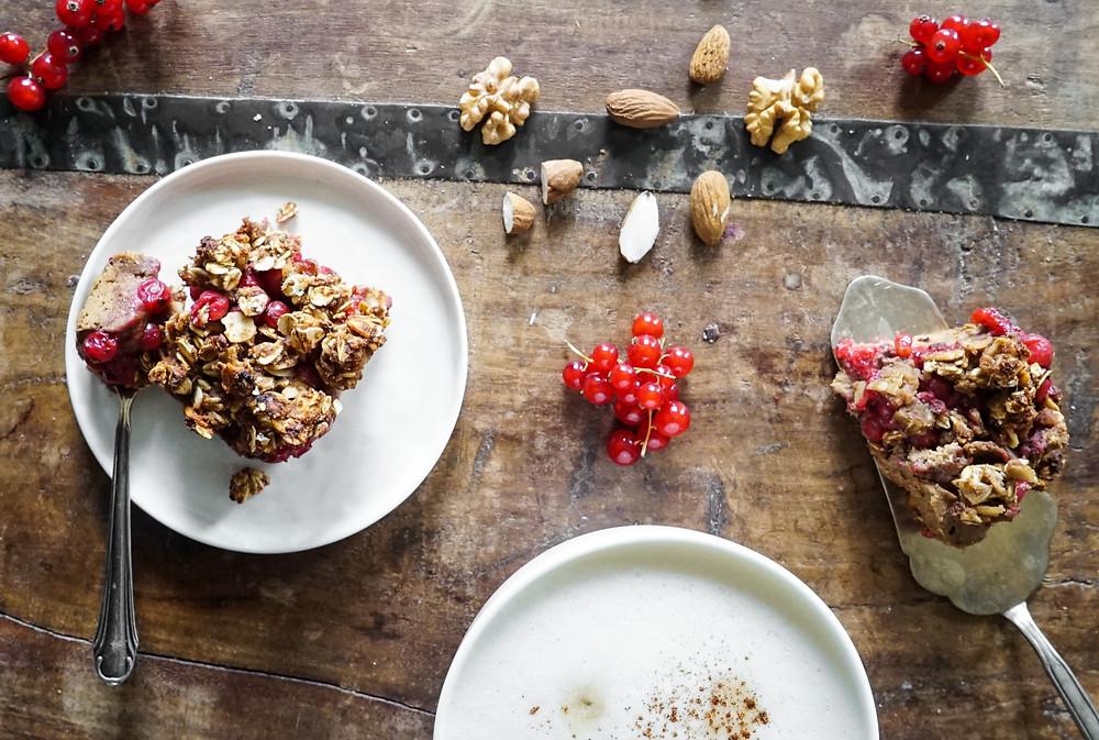 selbstgemachter saftig-knuspriger Johannisbeer-Crumble - vegan und glutenfrei