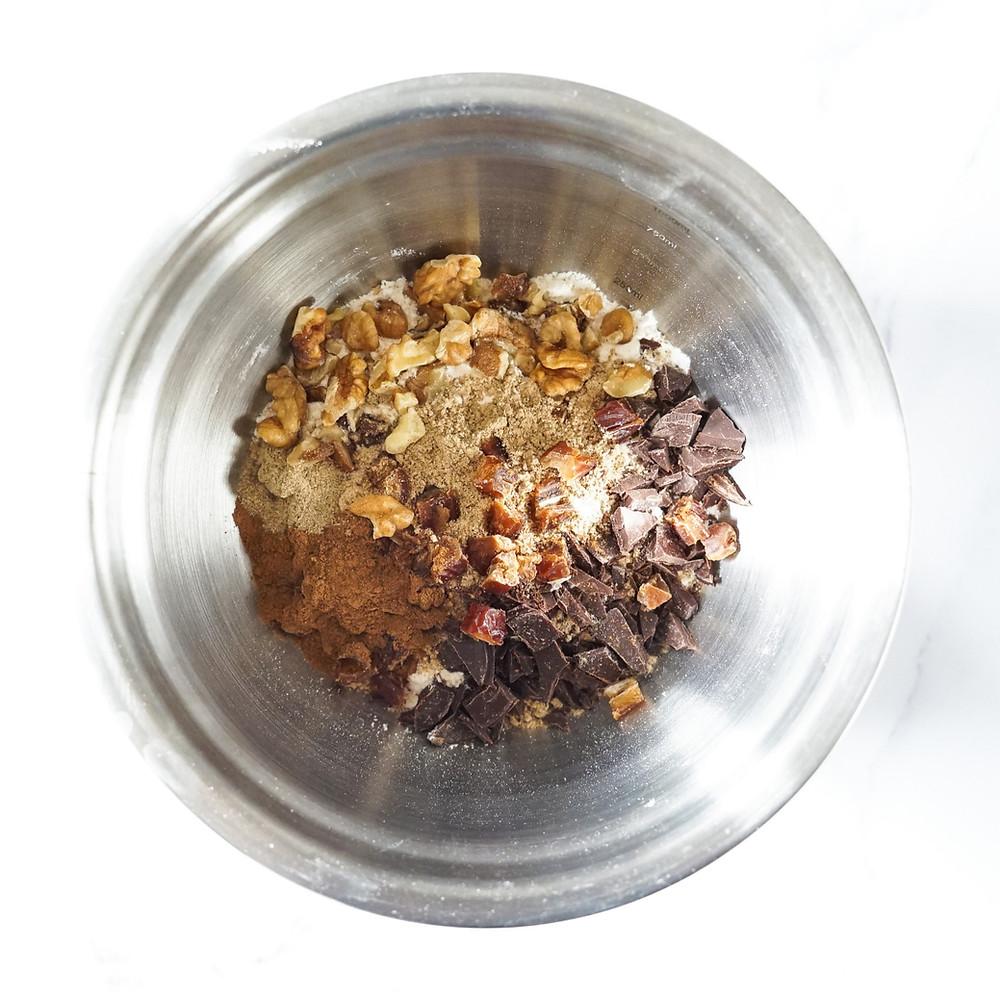 Zutaten im Hochleistungsmixer für gesunde, vegane Schoko-Muffins mit Walnüssen und Datteln - vegan und ohne Zucker