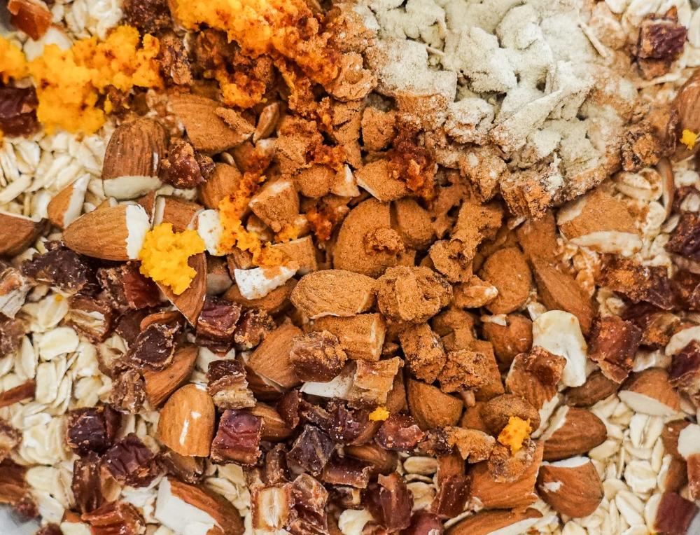 Haferflocken, Datteln, Mandeln, Orange und Kardamom vereinen sich zu leckeren, gesunden und veganen Energieriegeln ohne Zucker und Gluten