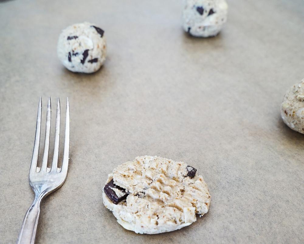 selbstgemachte vegane und glutenfreie Chocolate Chip Cookies aus Pflanzenmilch-Trester mit Kokoschips und Mandeln