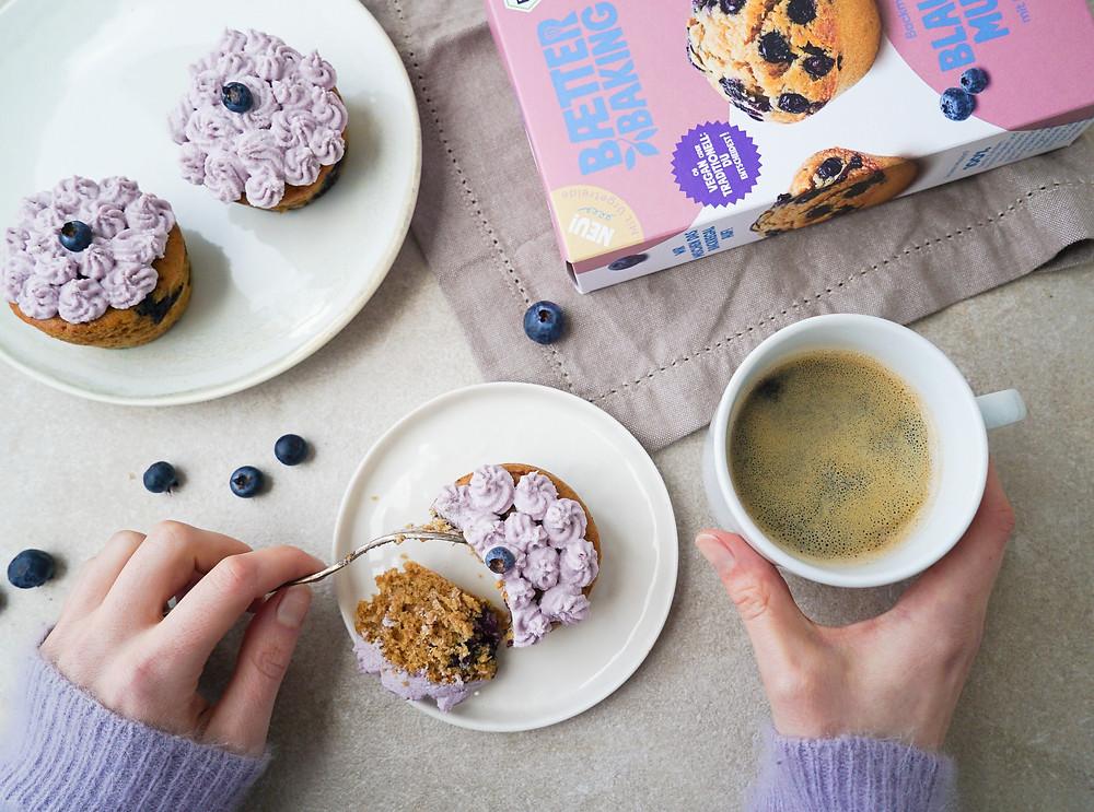 Perfekt für den Frühling: Saftige Blaubeer-Muffins mit einem exotischem Schoko-Kokos-Frosting