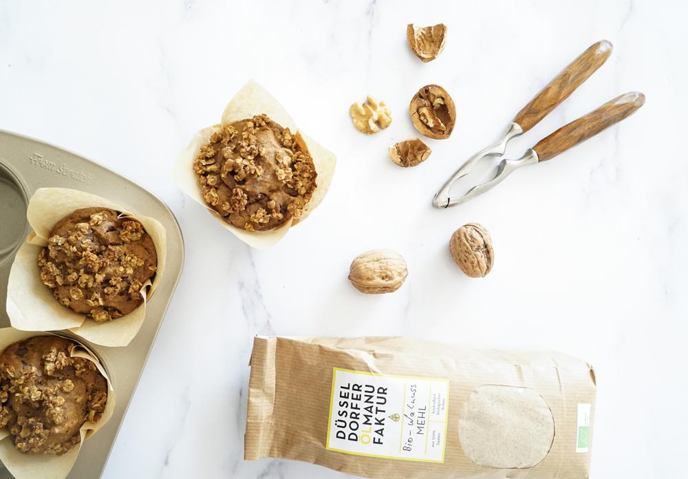 selbstgemachte vegane und zuckerfreie Streusel-Muffins mit Walnussmehl, Datteln und Schokolade