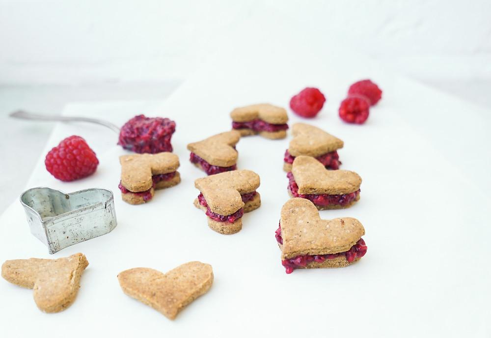 selbstgemachte vegane Doppeldecker-Kekse aus einem zitronigen Mürbeteig und einer Himbeer-Füllung