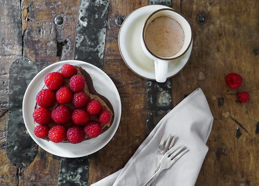 selbstgemachter saftiger Brownie-Kuchen mit fruchtigen Himbeeren und einer Schoko-Crème zum Valentinstag - glutenfrei, vegan und ohne Zucker