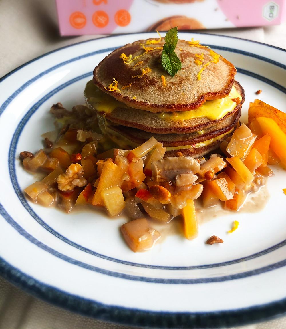 herbstlicher Pflaumen-Walnuss-Salat zu glutenfreien und veganen Pancakes mit einer Kürbiscrème