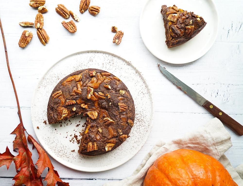 selbstgebackener saftiger Schoko-Kürbis-Kuchen mit Pekannüssen für den Herbst - vegan und glutenfrei