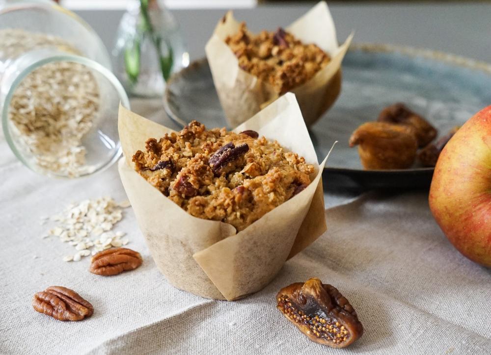 selbstgemachte vegane Apfel-Feige-Muffins mit knusprigen Pekannuss-Streuseln
