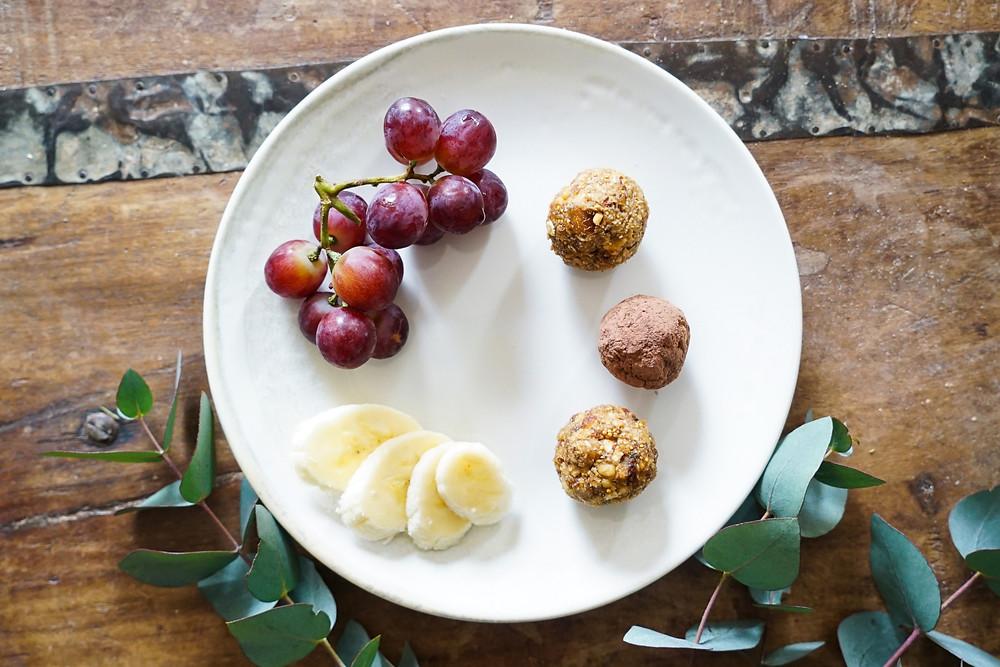 selbstgemachte gesunde Bliss Balls aus Nüssen und Früchten - vegan, glutenfrei und ohne Zucker
